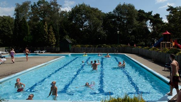 Buitenzembad met kinderbad en zonneterras NL-kamperen
