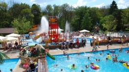 Buitenzwembad met glijbanen NL-kamperen