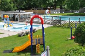 zwembad en speeltuin NL-kamperen
